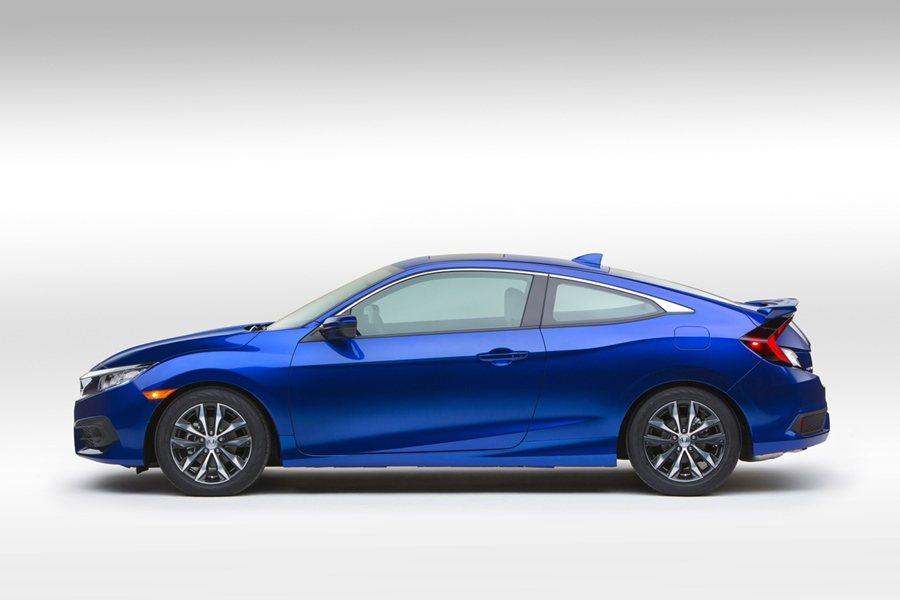 比起3月已發表的10代Civic Sedan房車,Civic Coupe車頂線...