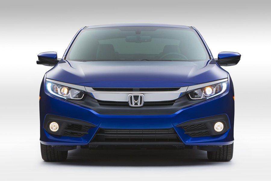 Civic Coupe有大塊飾板橫貫的跑車風格水箱護罩和俢長銳利的鷹眼燈,還有類...