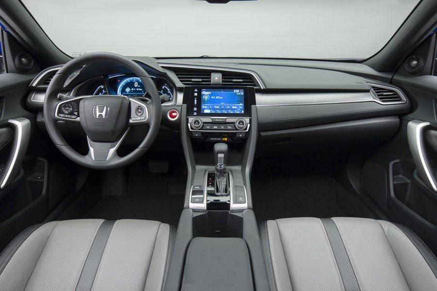 內裝在來原來房車的基礎上,提升它的運動感,乘坐空間比上一代寬敞許多,後座腿部空間...