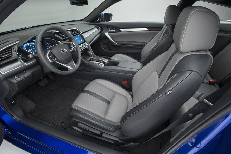 而Civic Coupe內裝在來原來房車的基礎上,中控台配備7吋TFT大塊觸控液...