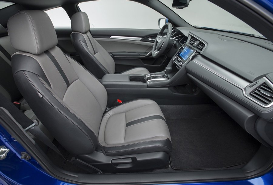 Civic Coupe座椅也採用雙色雙材組合,頗有時尚而帶著一點復古跑車的風味。