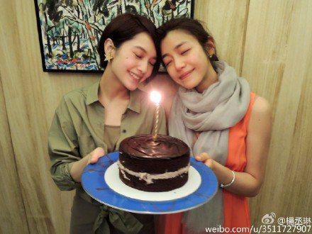 作為閨密好友,陳妍希、楊丞琳私底下也常常相約出游,兩人的微博中曾留下閨密團結伴出...