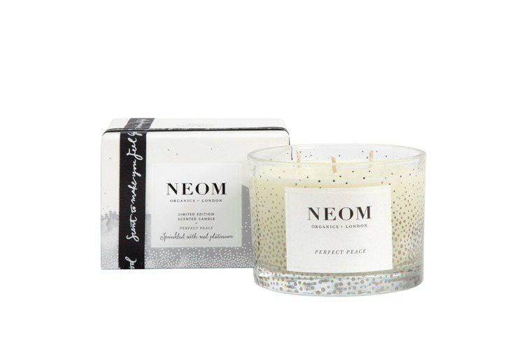 NEOM香料萊姆香氛蠟燭,以清新的綠草、萊姆為前調,接著帶出溫暖撫慰的沒藥氣息。...