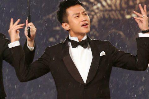 第五十二屆金馬獎晚間登場,以「烈日灼心」入圍最佳男主角獎的鄧超走紅毯。