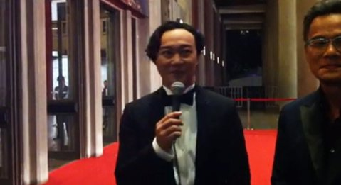 「#金馬星光‧#噓編直擊」噓編覺得今晚最襯職的電影宣傳就是 陳奕迅Eason Chan 了啦,而且一直拿著麥克風不想走是哪招XDDD 「#金馬星光‧#噓編直擊」 噓編覺得今晚最襯職的電影宣傳就是 陳...