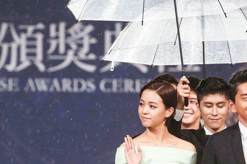 第五十二屆金馬獎晚間登場,「我的少女時代」劇組團隊走紅毯,宋芸樺入圍最佳女主角獎、導演陳玉珊入圍最佳新導演獎。