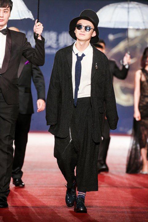 第五十二屆金馬獎晚間登場,以「德蘭」入圍最佳男主角獎的董子健走紅毯。