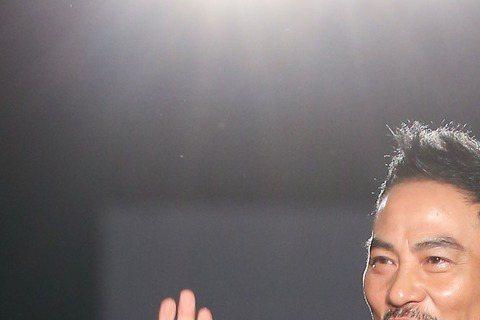 第五十二屆金馬獎晚間登場,藝人任達華(左)與許瑋甯(右)擔任頒獎嘉賓攜手走紅毯。圖/攝影中心