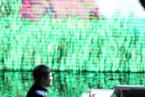 第52屆金馬獎在國父紀念館盛大舉行,舒米恩‧魯碧在中場演出「不要放棄」,並由黃裕翔彈奏。