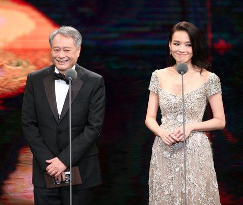 第52屆金馬獎在國父紀念館盛大舉行,李安(左)與舒淇(右)擔任最佳導演獎項頒獎人,頒發最佳導演給侯孝賢。