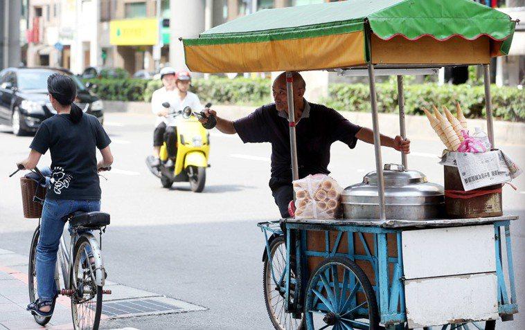 以前鄉下常可見到騎著腳踏車沿街叫賣叭噗等街車小販,都已逐漸消失在記憶中。 聯合報...