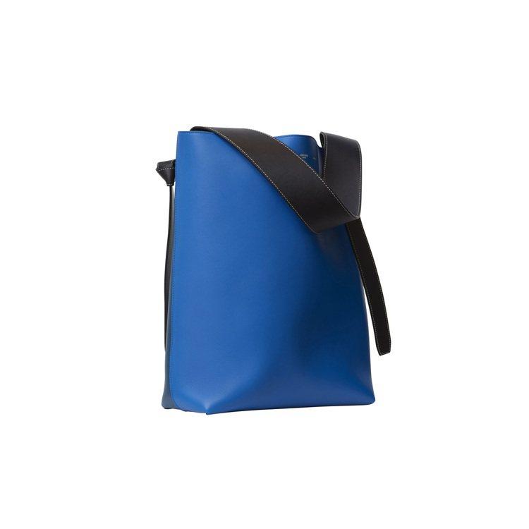 Cabas Twisted Small亮藍色平滑小牛皮手提肩背包,58,000元...