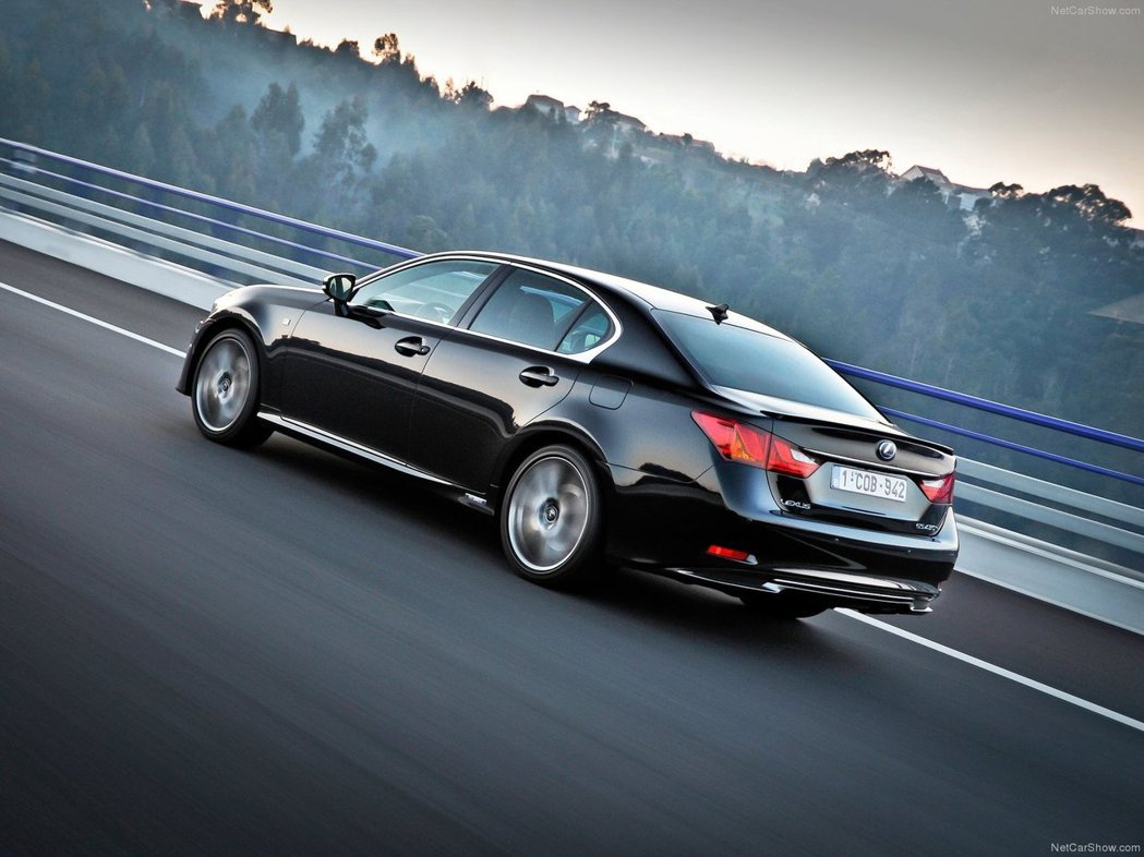 GS450h F Sport版搭載的是Hybrid油電混合動力,相較一般汽油引擎...