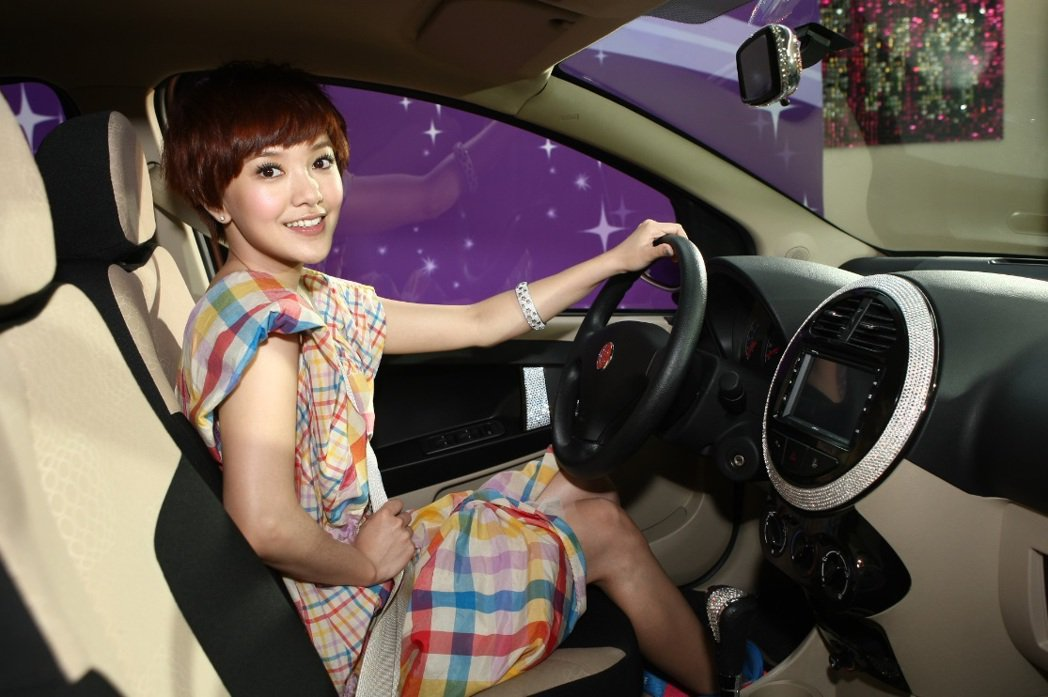 外型甜美的歌手郭采潔曾替裕隆酷比汽車代言。 酷比汽車提供