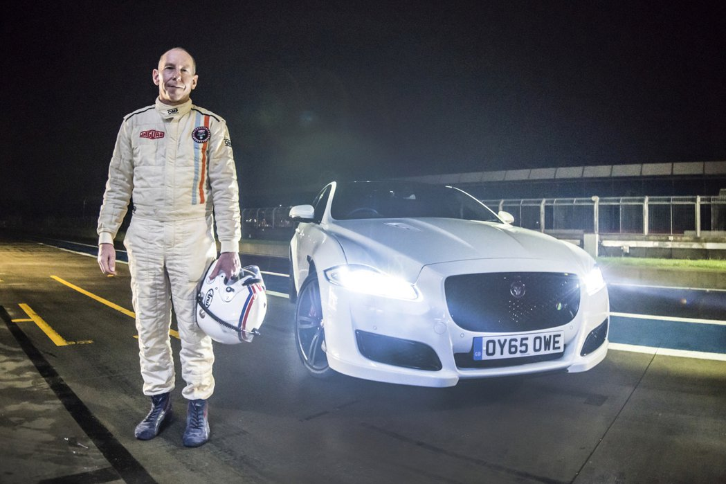 Le Mans利曼大賽冠軍的車手 Andy Wallace與全新 Jaguar XJR旗艦轎車。 Jaguar提供