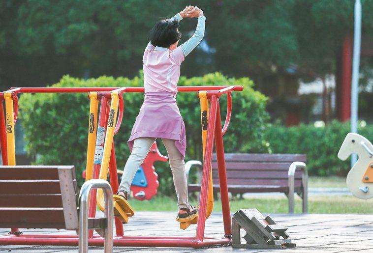 根據國外研究報告,每晚一年退休,失智風險可減少百分之五,圖為台中市一座公園內正在...