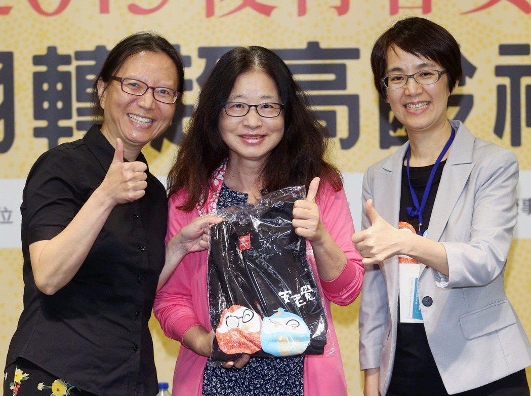 健康事業部營運長洪淑惠(右)與台大社工系教授楊培珊(左)頒發獎品給現場幸運的來賓...