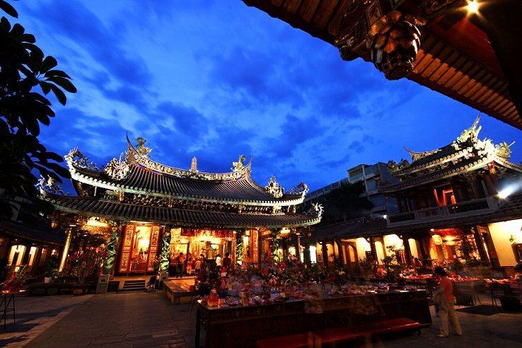 台北的廟宇大多夜間開放,有望成為夜市以外另一國際觀光景點(圖為大龍峒保安宮)。 圖/台北市政府觀光傳播局