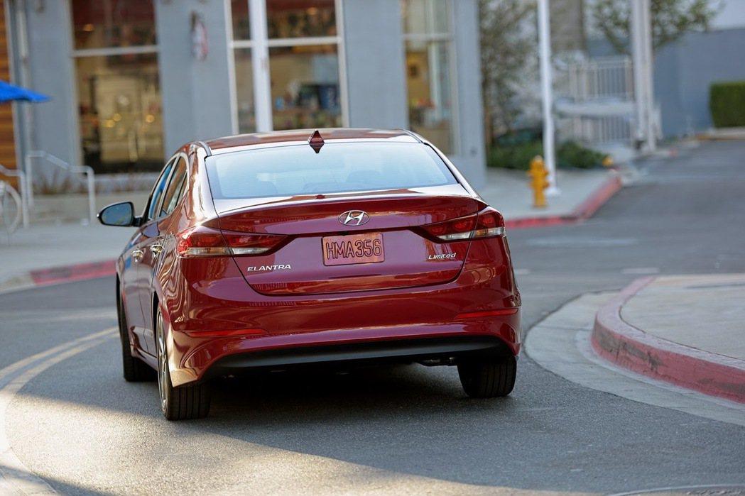 新一代Elantra的強化鋼材使用比率提升至53%,但車重卻不增反減,不僅提升節...