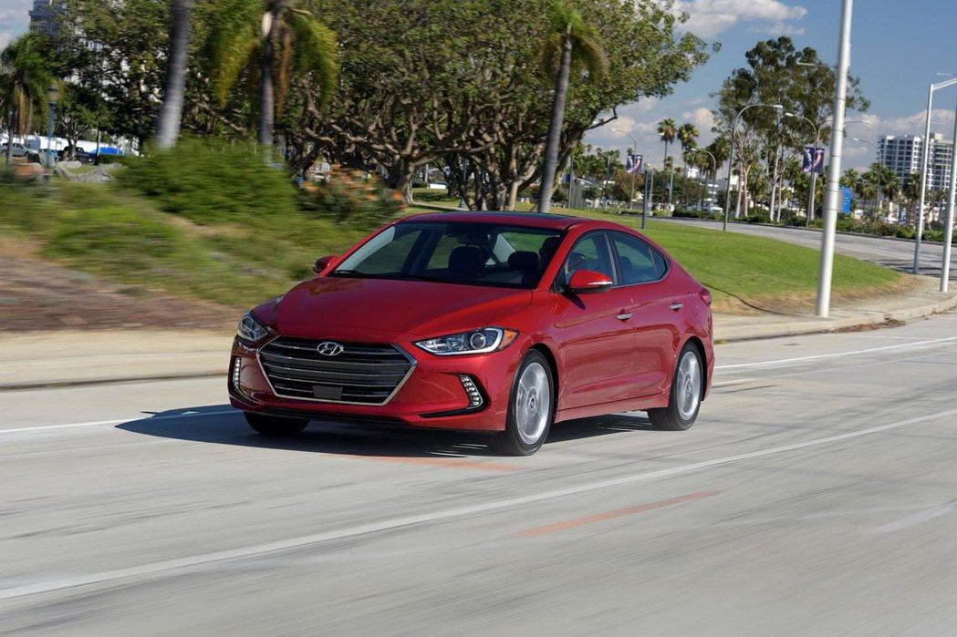 為了提升行車品質,原廠除了將儀錶板孔徑縮小25%以降低引擎運轉聲外,全車如底盤、...