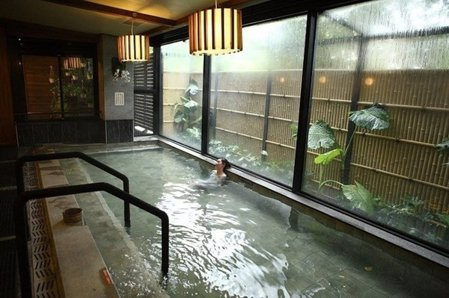 高級私密的空間,戶外湯池更可直接觀賞森林景緻,觀景裸湯僅限會員及住客專屬。