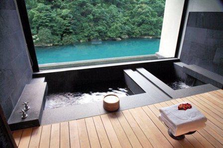 飽覽烏來最美溪景的湯屋套房。