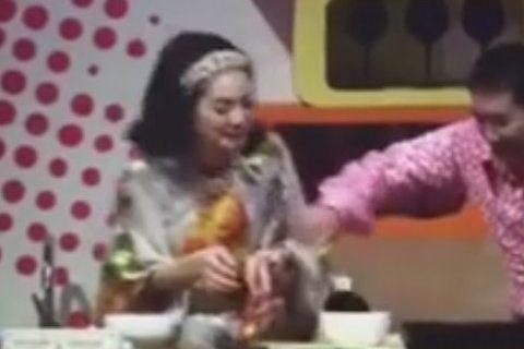 人妻大解放?噓編前陣子去看Ella首度跨足舞台劇之作《月朦朧人朦朧》哎唷喂呀,真是笑屎姐了,Selina、Hebe也讚不絕口Ella的解放程度,驚人啊驚人(別怪噓編不能爆雷,這是道德…)樊光耀讓...