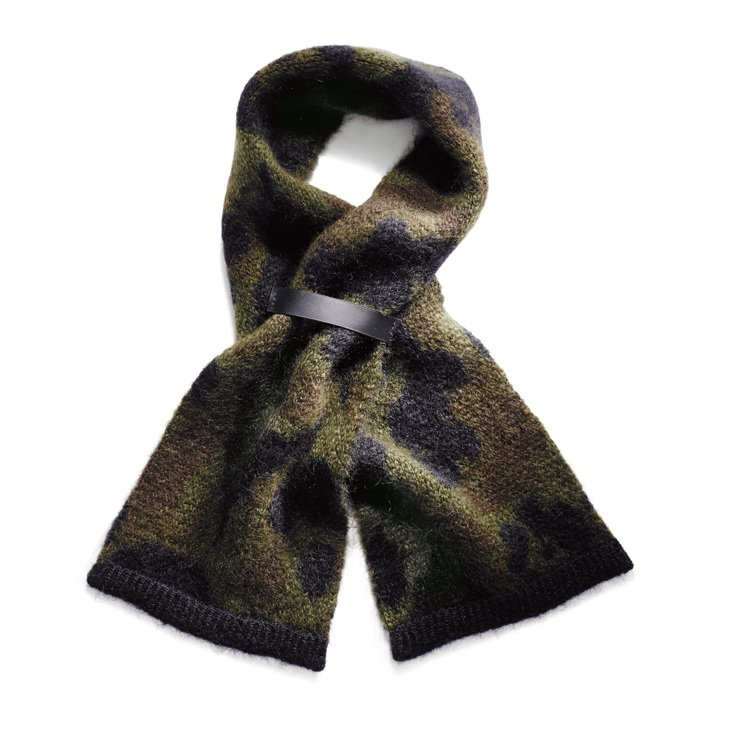 羊毛迷彩圖案印染圍巾,價格15,800元。圖/COACH提供
