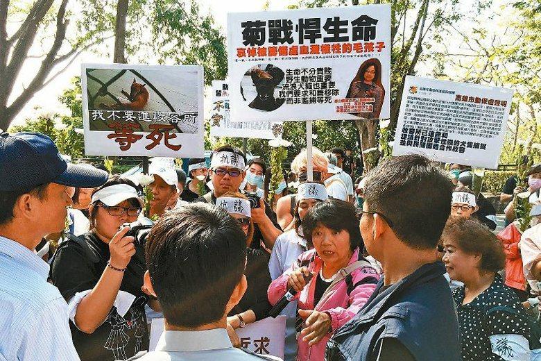 高市關懷流浪動物協會帶領數十人到壽山國家自然公園籌備處抗議。 圖/聯合報系資料照...