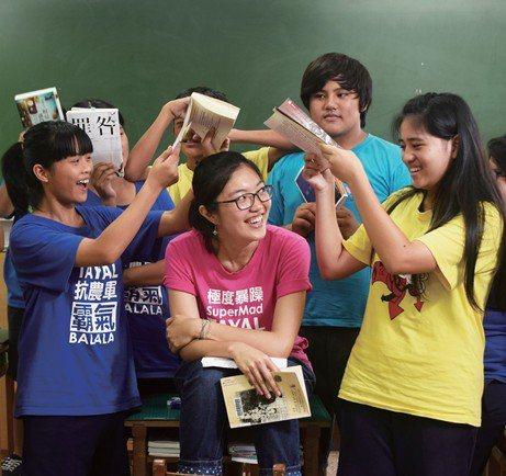 都會女孩詹敬農在桃園介壽國中推動知識閱讀,學生深受啟發,用泰雅族語熱情稱她「阿弄...