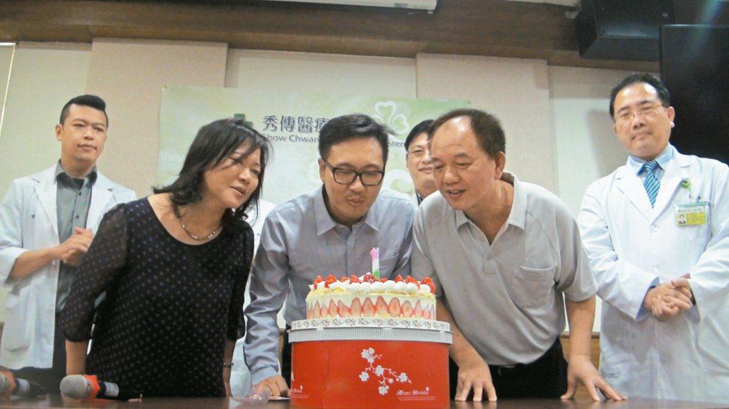 參加田中馬拉松中暑引發多重器官衰竭的黃昱翔(中)昨出院,院方為他準備蛋糕慶祝。 ...