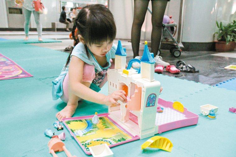 孩童暴露於塑化劑中,對智商影響很大。圖中玩具並非塑化劑玩具。 報系資料照