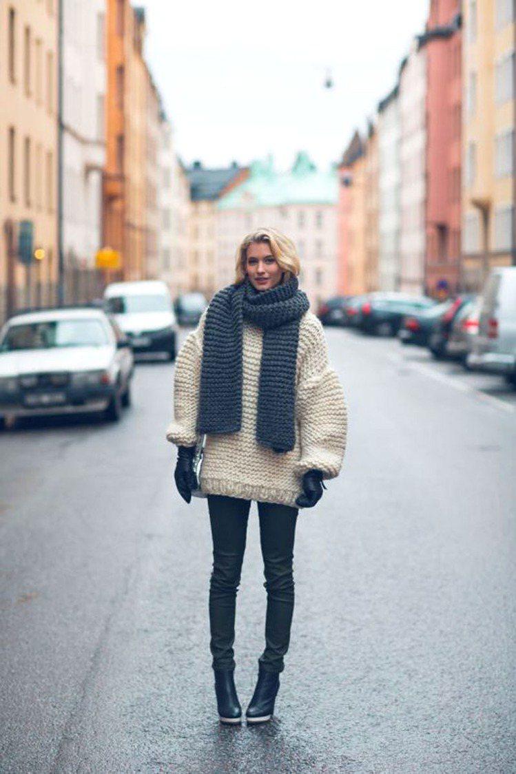 選擇超短的下身單品,或是乾脆挑件長版的厚毛衣當洋裝穿,搭配過膝靴,時尚又高挑圖/...