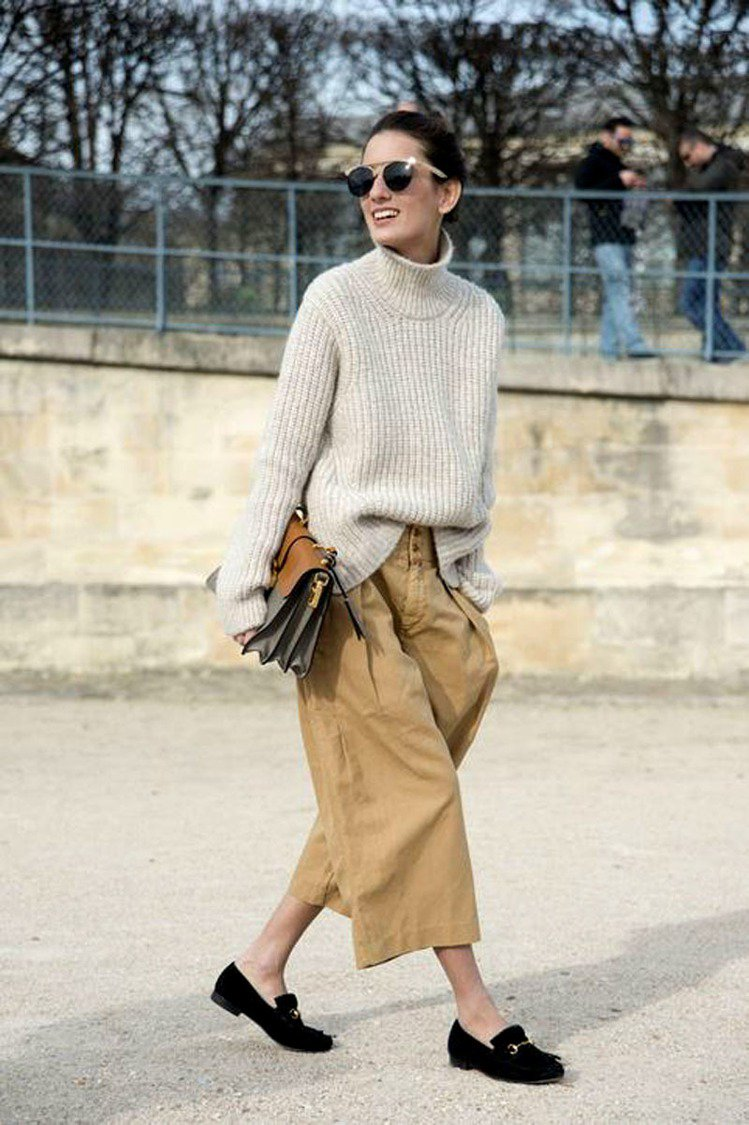 OL們可能會覺得毛衣休閒感太重,不知如何穿出正式感。其實只要選ㄧ件帶正式感的下身...