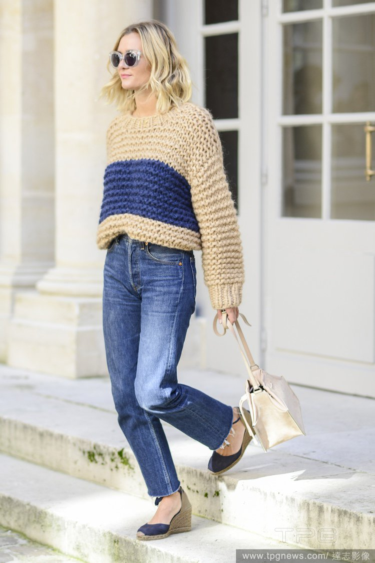 厚重的單品容易讓造型呈現「上寬下窄」的樣貌,選擇版型稍短的厚毛衣搭配高腰的下身單...