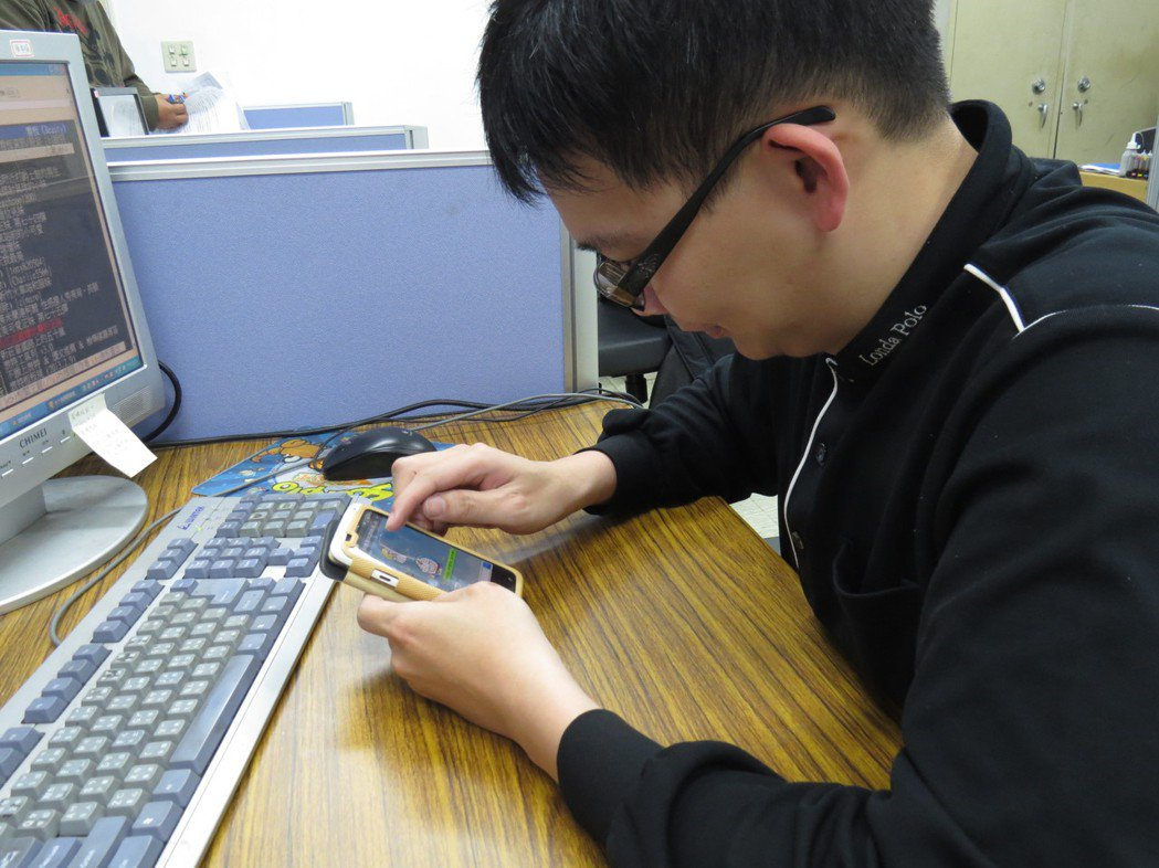 長時間使用電腦、手機,容易有乾眼症,醫師提醒至少每30分鐘要休息。 記者林麗如/...