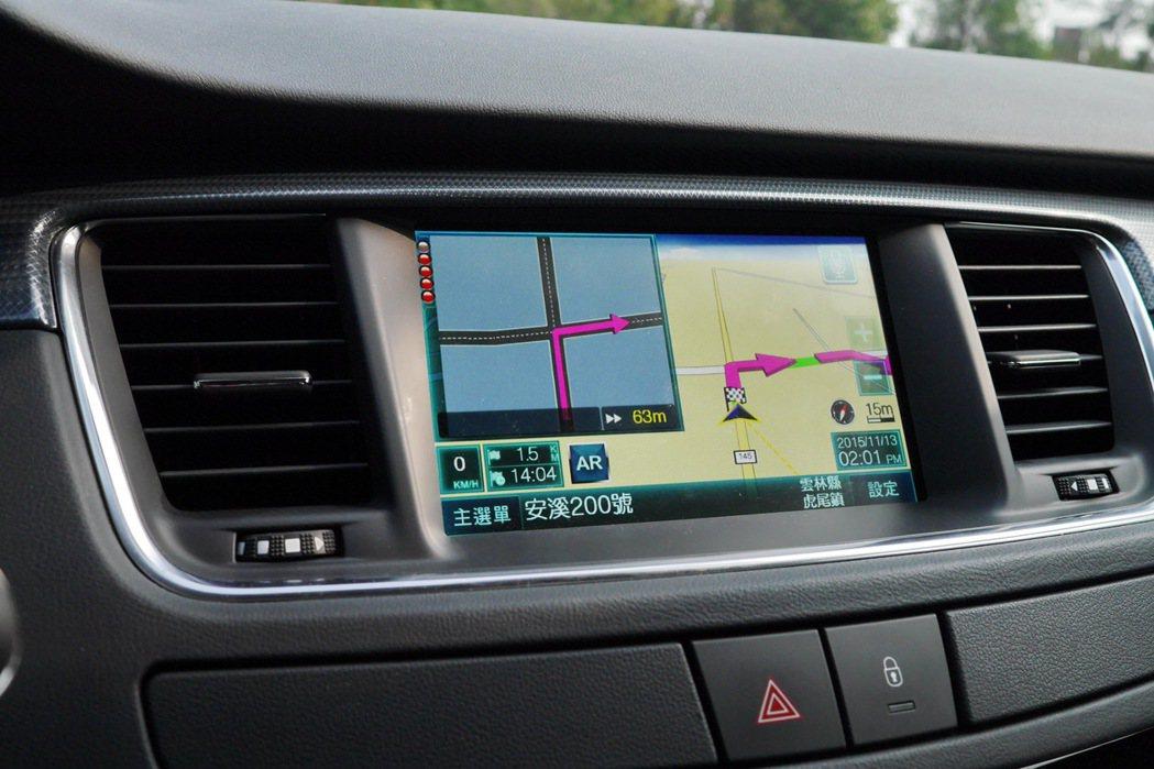 7吋全彩螢幕音響通資系統除了提供藍牙連線、倒車顯影及行車資訊外,更配備導航系統。...