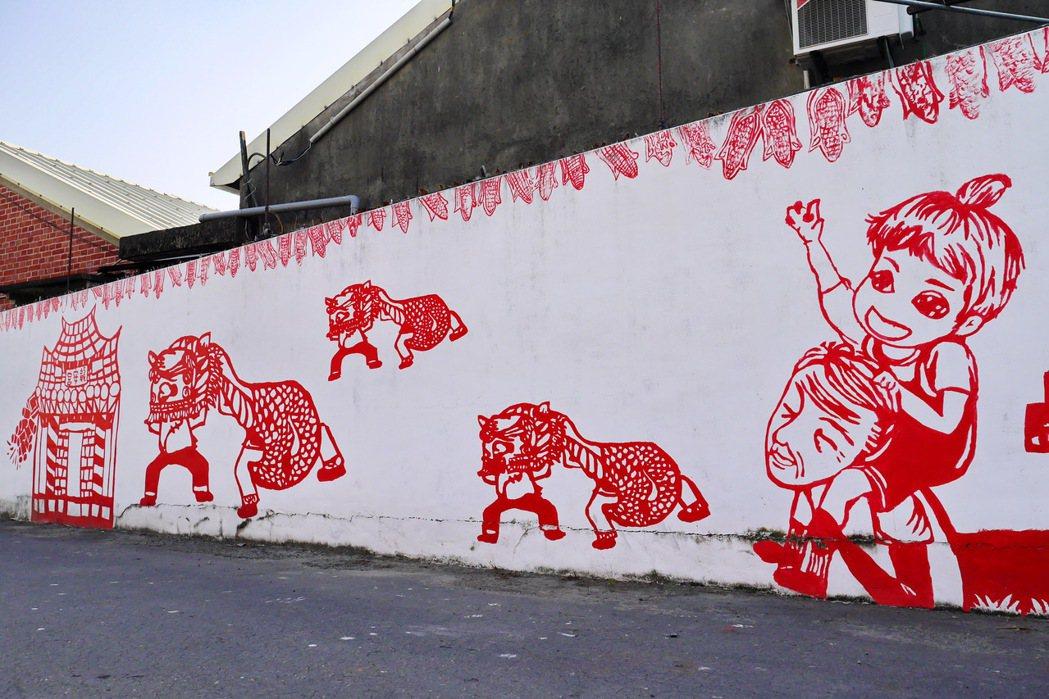北溪里彩繪剪紙意象村將當地人的生活畫在牆面上。 記者陳威任/攝影