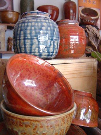 「純青窯」火石陶作品,以高溫燒製,達到如石頭的硬度。 圖/朱慧芳