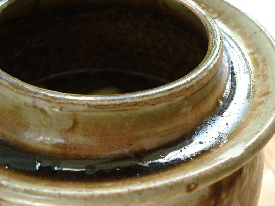醃製甕的特別設計,可避免汙染。 圖/朱慧芳