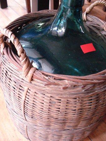 用竹編籃保護玻璃罐,已不多見。 圖/朱慧芳