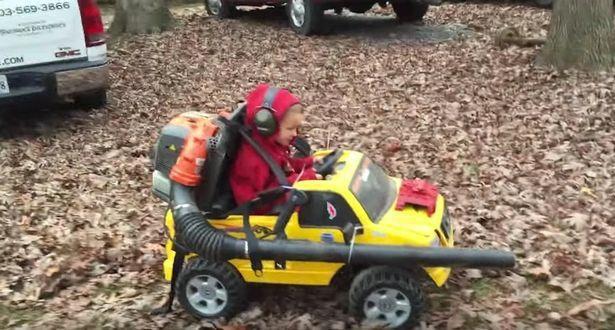 國外小朋友開著改裝過後的電動玩具車,威風地執行「掃蕩任務」。