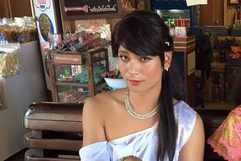 KID為了節目《綜藝玩很大》可是豁出去,這次他們前往泰國比賽,還穿上當地的傳統服飾,不過KID穿得可是女裝,看她頭上戴著小皇冠,穿著桃紅色的傳統服裝,還戴上長假髮畫上女妝,KID更眨眼嘟嘴裝嬌媚,與...