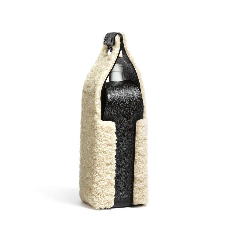 COACH翻毛羊皮置酒禮物袋,售價7,500元。圖/COACH提供