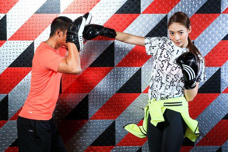 謝沛恩示範BOXING拳擊有氧,分解動作-直拳。記者林伯東/攝影