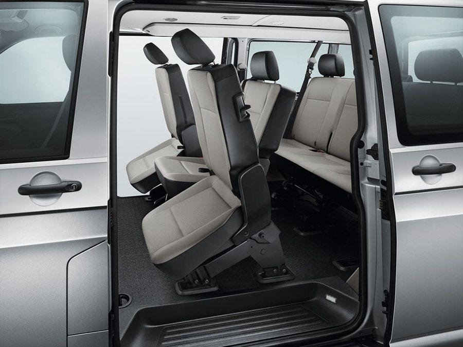 五門車型的第二排左右單人座椅更採用全新的Easy Entry簡捷上車功能,能單手輕鬆將座椅向前折掀起,搭配果嶺式底板配置,便於後座乘員更方便且快速進出車艙。 福斯商旅提供