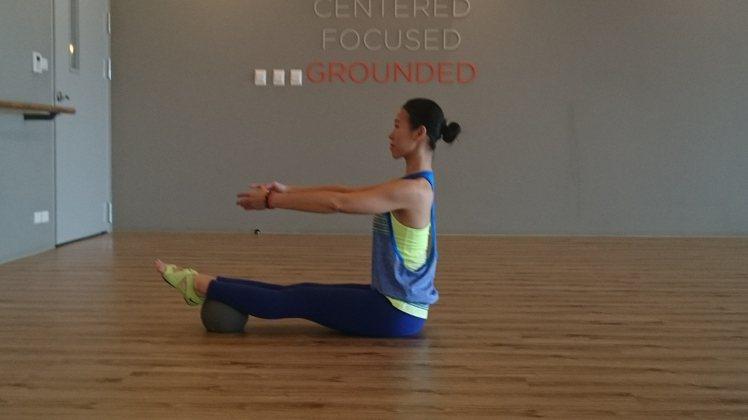 半反向捲腹訓練,使用健身球來製造不穩定感,增加訓練時的強度,並讓腹部肌肉群緊縮。