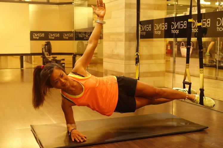 TRX懸吊訓練能有效的達到雕塑身體曲線效果,受到女性的歡迎。