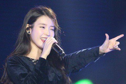 在韓國被稱為「國民妹妹」的歌手IU,雖然最近新專輯紛爭不斷,8日現身上海演唱會魅力依舊不減,演唱會中她還挑戰中文歌「Young」(原唱為知名男團TFBOYS)。10月份IU才剛在香港演唱會上演唱粵語...