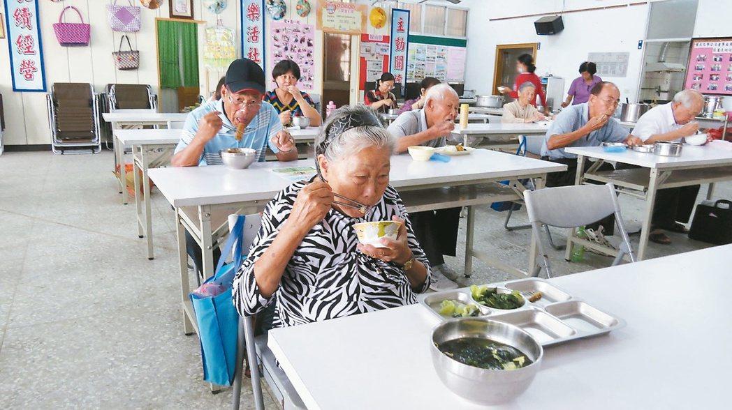 銅鑼鄉竹森社區照顧關懷中心老人日托服務,中午老人共餐,個個吃得津津有味。 記者范...